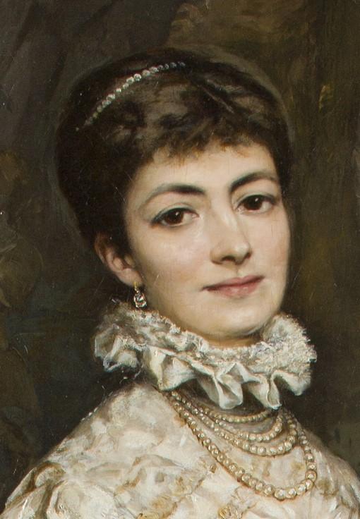 biżuteria zdobiąca szyję i głowę kobiety